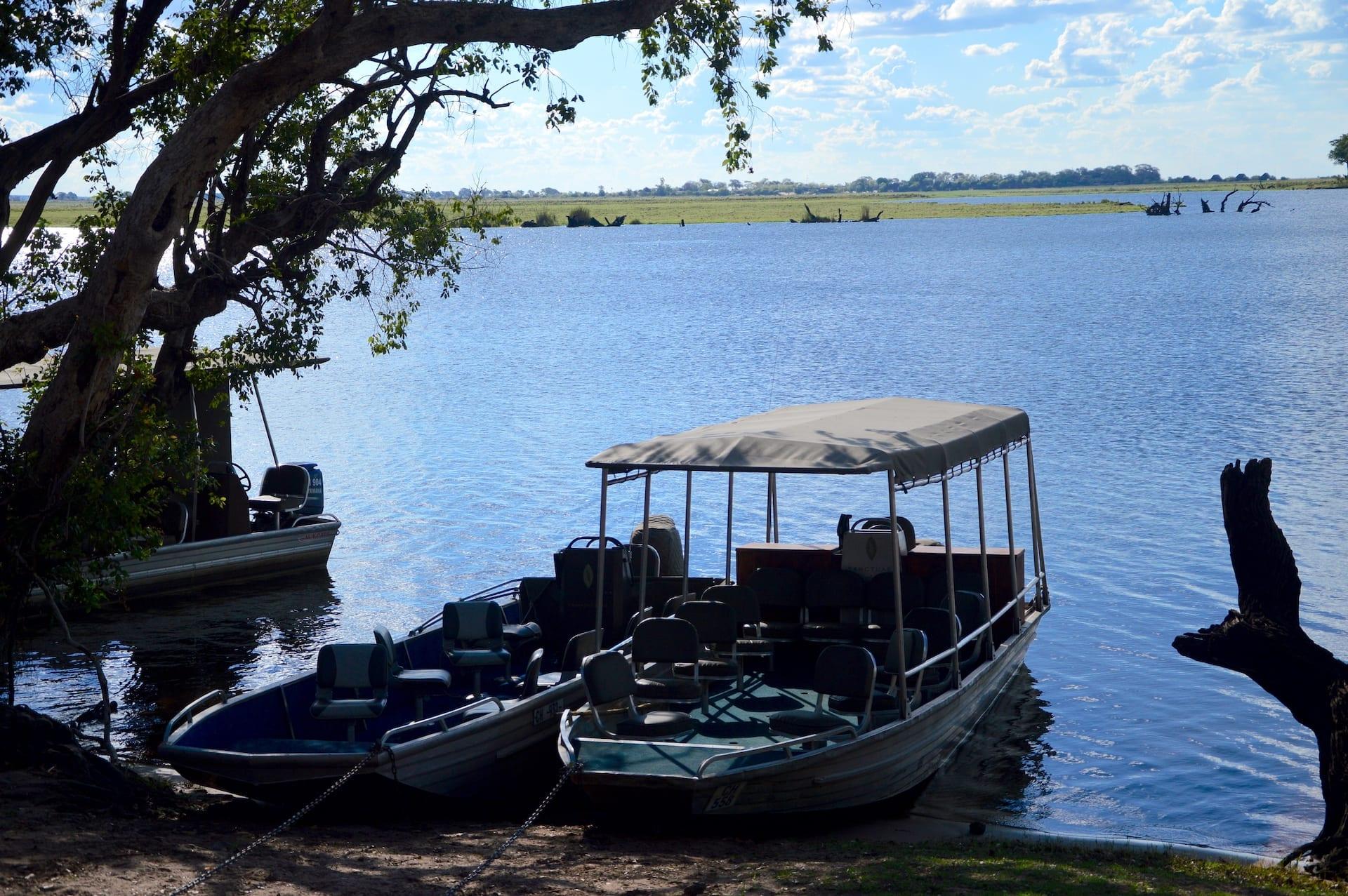 Algemeen - BW - Chobe boten op de oever kopie
