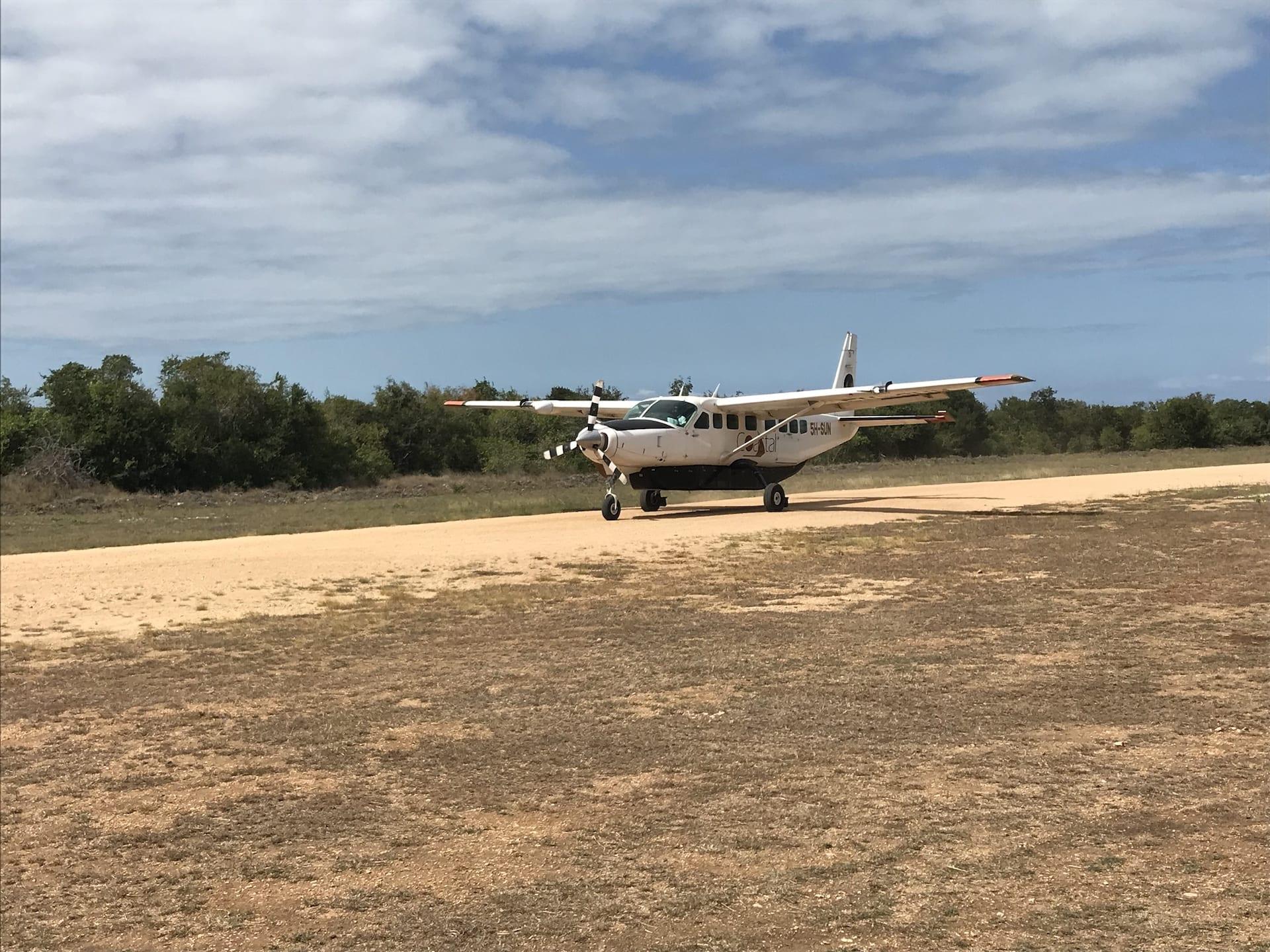 ALGEMEEN - TZ - Saadani_ airstrip met vliegtuig 4841