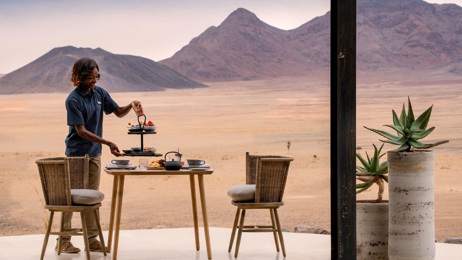 # FOTO - Sossusvlei Desert Lodge - outdoor-dining-andbeyond-sossusvlei-1